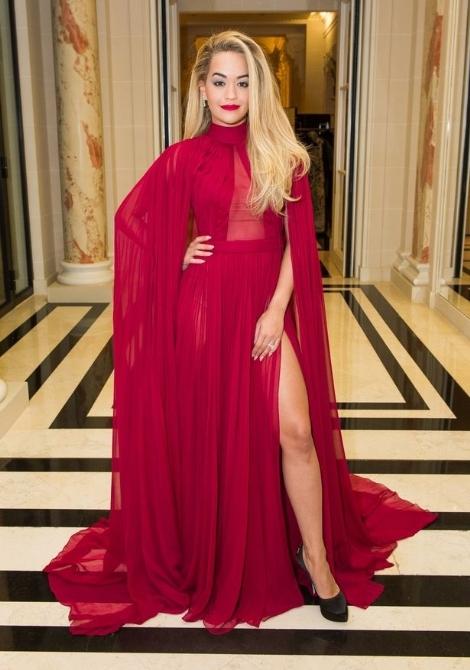 Rita Ora'dan derin bacak dekoltesi 1
