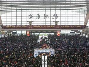 On binlerce yolcu tren istasyonunda mahsur kaldı