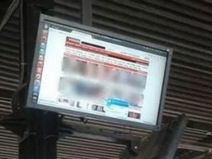 Otobüs durağında porno şoku !