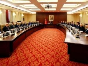 AK Parti hükümetlerinde en uzun süre bakanlık yapan isim kim ?