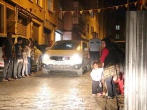 Gece yarısı sokakta kaldılar
