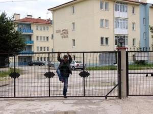 Öğretmenler kapıdan atlayarak okula gidiyor