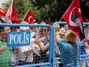 10. Yıl Marşı yasaklandı, CHP'liler ayaklandı