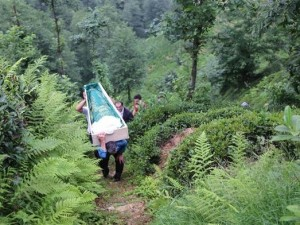 Rize'de cenazeyi böyle taşıdılar !