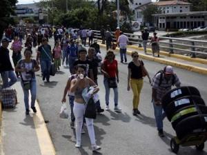 Binlerce Venezuelalı Kolombiya'ya akın etti
