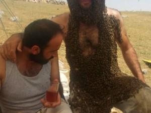 Vücudunu binlerce arı ile kapladı