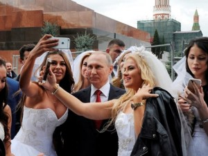Rus lider güzel kızlar tarafından kuşatıldı