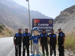 """Polisten """"Canım Hakkari'me Hoşgeldiniz"""" tabelası"""