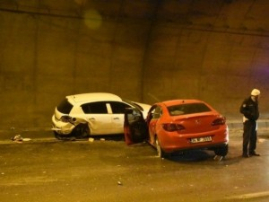 Tünelde zincirleme kaza: 2'si ağır 5 yaralı