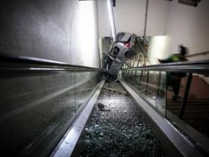 Otomobil metronun alt geçidine uçtu !