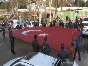 Erdoğan'ın evinin önünde toplandılar
