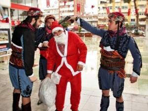 Noel Baba'yı dövüp, başına silah dayadılar