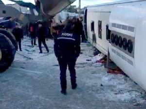Öğrenci otobüsü devrildi: 2 ölü, 42 yaralı