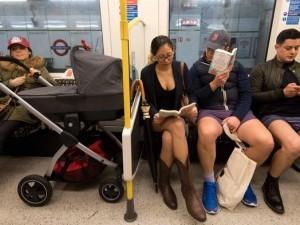 'Pantolonsuz metro' eylemi Londra'ya sıçradı