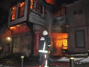 185 yıllk tarihi bina alev alev yandı !