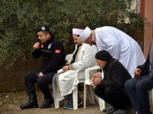 Polis memuru Kuran-ı Kerim okudu