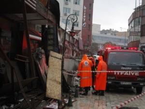 İşhanının 20 metrelik beton gölgeliği çöktü