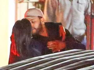 Yeni sevgilisini öpmelere doyamadı