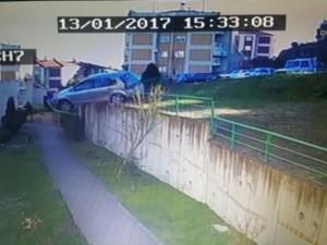 Apartman girişine otomobil uçtu