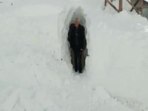 Kar içinde açtıkları tünelden eve gidiyorlar