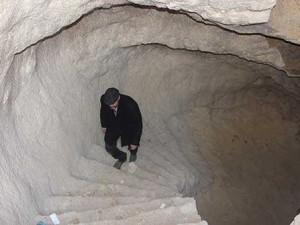 Tarihi evin altında 2 asırlık mağara buldu