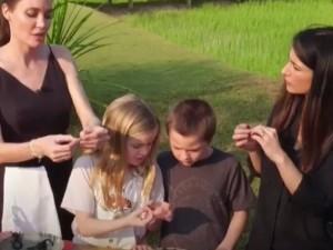 Angelina Jolie çocuklarıyla birlikte böcek yedi