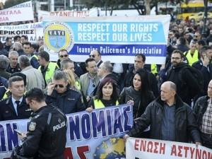 Atina'da kamu çalışanları sokağa indi