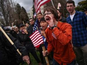 Trump destekçileriyle karşıt gruplar kavga etti
