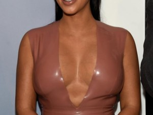 Kim Kardashian kızına ruj sürdü, tepki yağdı