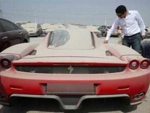 Dubai'de lüks araçlar bir bir terk ediliyor