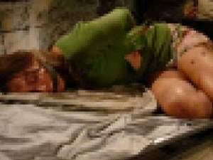 Genç kızın cesedi yarı çıplak bulundu