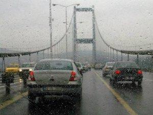 Yağmurlu İstanbul'da sabah trafiği