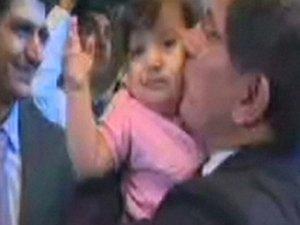 Davutoğlu'nun uçağında hurmalı hoşgeldin