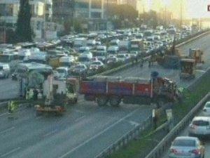 İstanbul Kartal'da kaza, trafik felç oldu