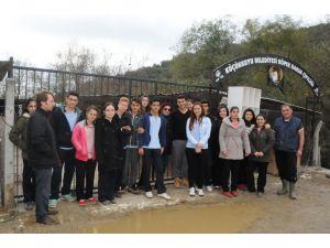 Lise öğrencileri köpek barinağini ziyaret etti