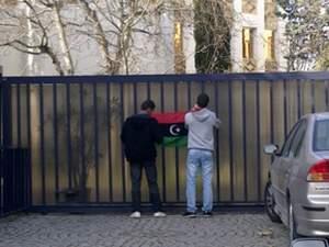 Öğrenciler büyükelçiliği bastı !