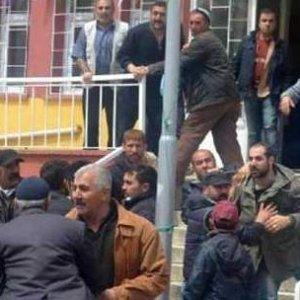 AK Parti adayına sopayla saldırdılar