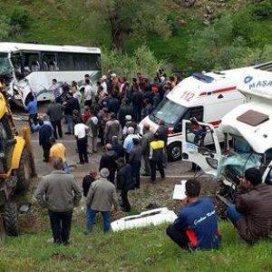 İşçi midibüsü kaza yaptı: 2 ölü, 15 yaralı