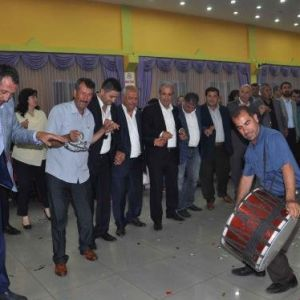 Ak Partili Şamil Tayyar, Kardeşinin Düğününde Halay Çekti
