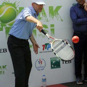 Maliye Bakanı Şimşek, 'Sokak Tenisi' Oynadı