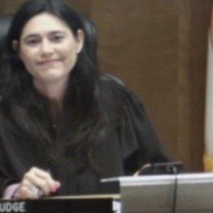 Hakim ortaokul arkadaşını yargıladı