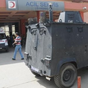 PKK yandaşları polise saldırdı: Yaralılar var
