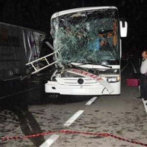 Yolcu otobüsü TIR'a çarptı: 33 yaralı
