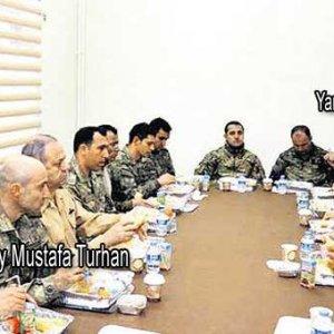 Komutanların masasında dikkat çeken iki isim
