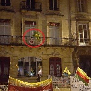 PKK'lılar Türk konsolosluğuna kendi paçavlarını astı !