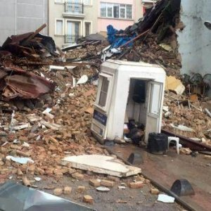 Taksim'de 5 katlı 2 bina çöktü !