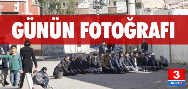 Cizre'de sokakta cuma namazı !
