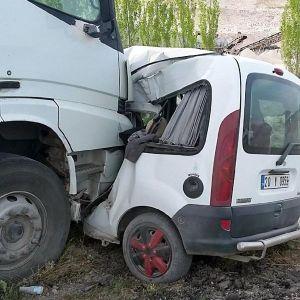 Süt Tankeri Hafif Ticari Araçla Çarpıştı: 3 Ölü