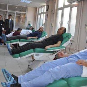 Hastaya doktorlar kan verdi