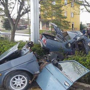 Ankara'da ağaca çarpan araç ikiye bölündü !
